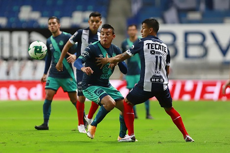 MONTERREY, MEXICO - NOVIEMBRE 22: Daniel Alvarez (I) del Puebla y Maximiliano Meza (D) del Monterrey disputan el balon durante el juego de repechaje Guardianes 2020 Liga BBVA MX en el Estadio BBVA el 22 de Noviembre de 2020 en Monterrey, Mexico. (Foto: Alfredo Lopez/JAM MEDIA)