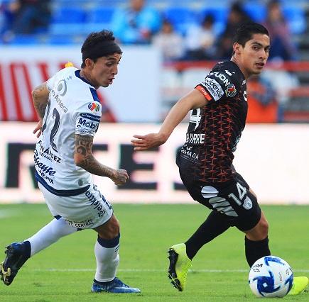 PACHUCA, MEXICO - FEBRERO 15: Omar Fernandez (I) del Puebla y Miguel Tapias (D) del Pachuca disputan el balon durante el juego de la jornada 6 de la Temporada Clausura 2020 en el Estadio Hidalgo el 15 de Febrero de 2020 en Pachuca, Mexico. (Foto: JAM MEDIA)