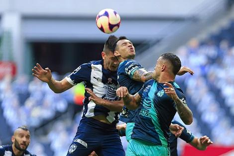 MONTERREY, MEXICO - OCTUBRE 17: Cesar Montes (I) del Monterrey disputa el balon con Daniel Arreola (C) y Maximiliano Perg (D) del Puebla durante el juego de la Jornada 14 del Torneo Guard1anes 2020 de la Liga BBVA MX en el Estadio BBVA el 17 de Octubre de 2020 en Monterrey, Mexico. (Foto: Alfredo Lopez/JAM MEDIA)